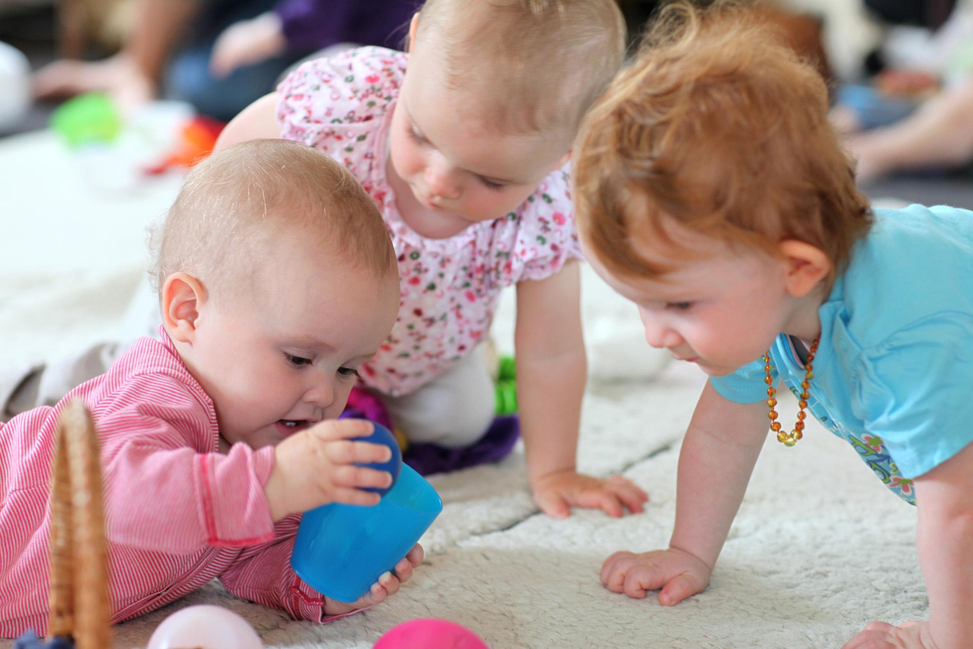 Spielende Kleinkinder